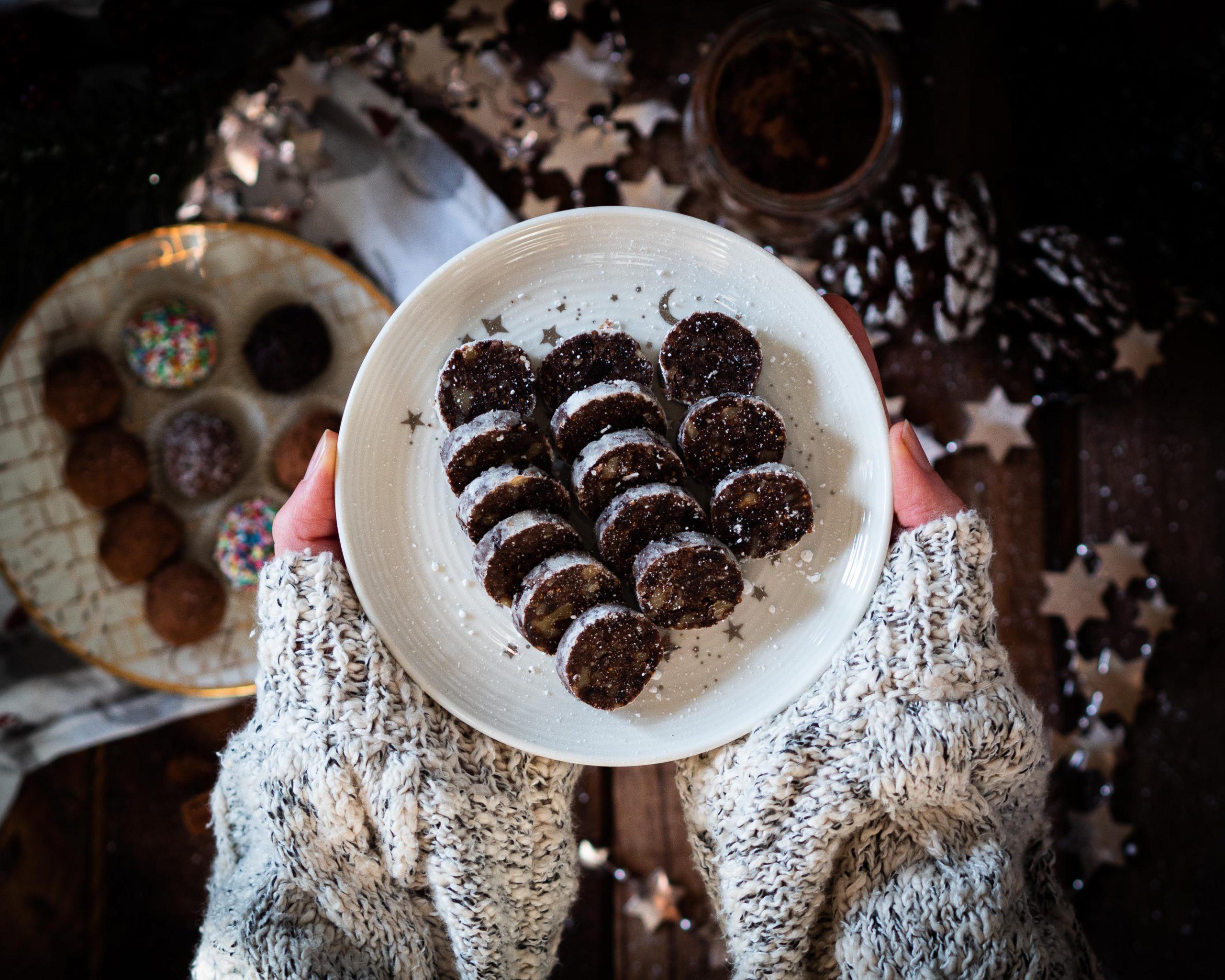 Dattelwurst mit weihnachtlicher Dekoration