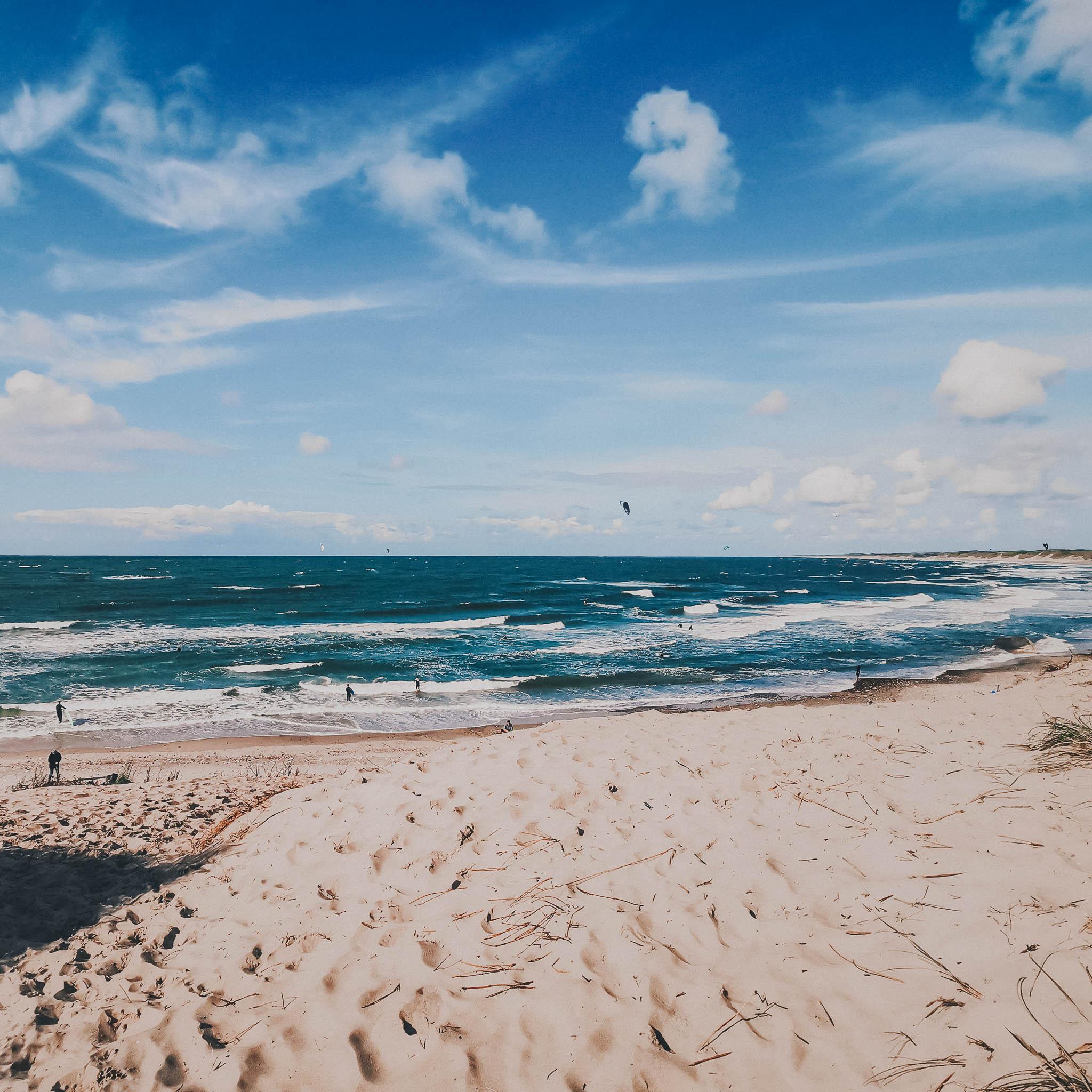 Sommerlicher Strand und Wellen in Nørre Vorupør